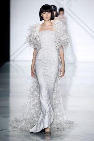 Ralph & Russo, vestido sirena blanco con mangas y cola de plumas