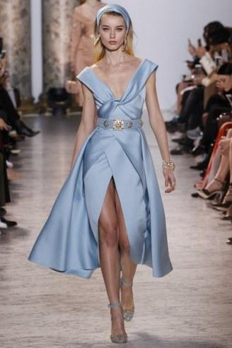 Elie Saab, vestido azul con cinturón