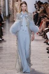 Elie Saab, vestido azul con capa de plumas