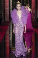 Zuhair Muraid, vestido violeta con cinturón y volantes