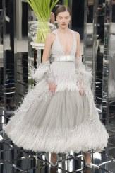 Chanel, vestido gris perla con cinturón y plumas