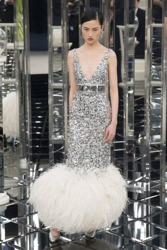 Chanel, vestido plateado de lentejuelas con cinturón y plumas