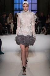 Giambattista Valli, mini vestido blanco de encaje con plumas
